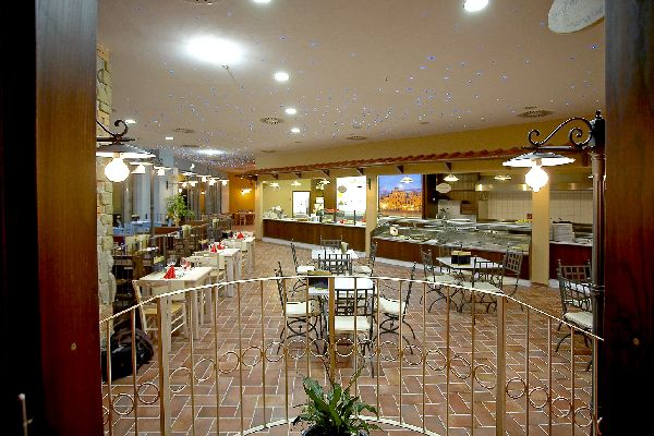 Taglioli arredamenti per negozi bar alberghi for Arredamenti per ristoranti